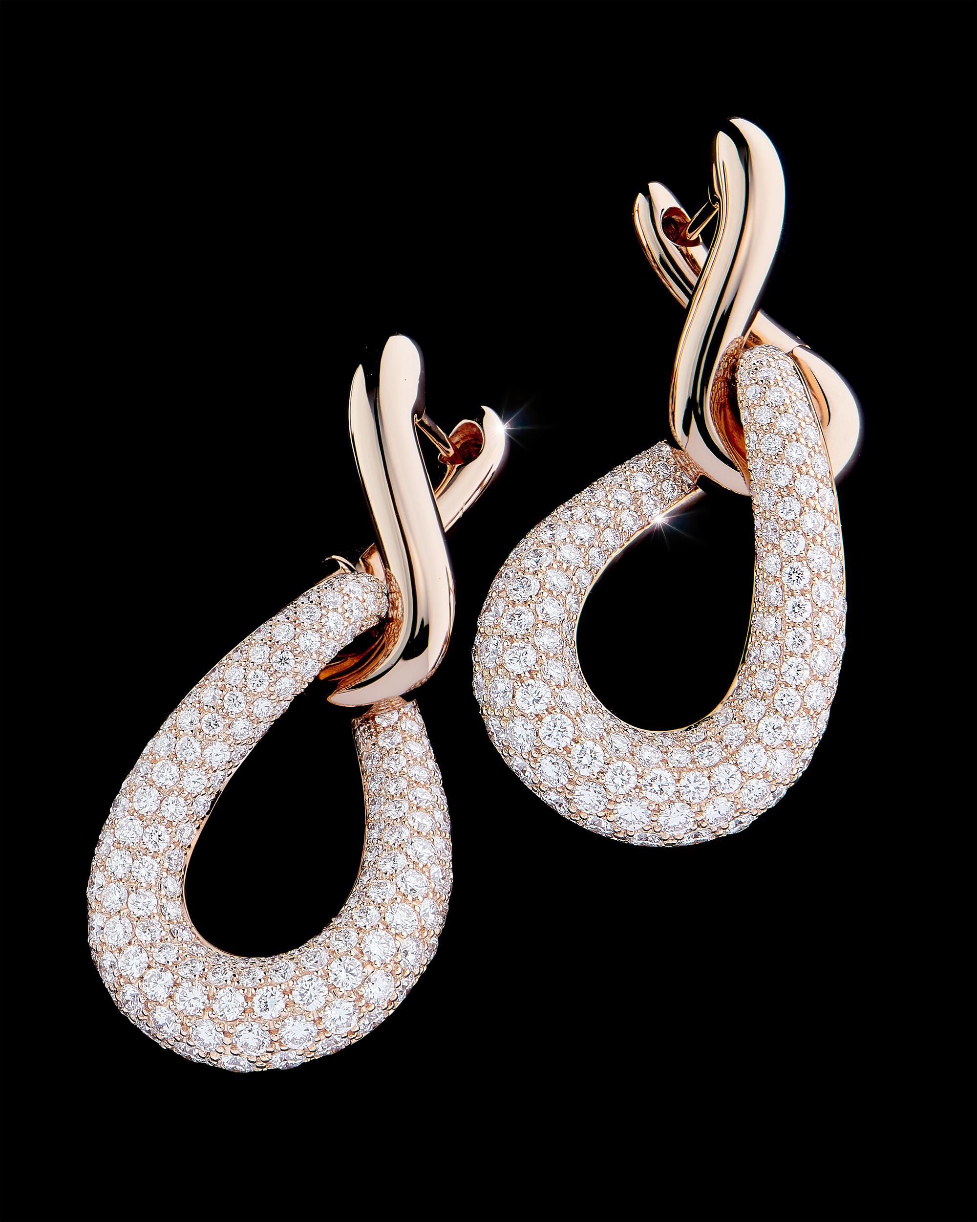 photographie de haute joaillerie, boucles d'oreilles en or avec un pavage diamants. Photographe de bijoux haute joaillerie suisse philippe Hahn