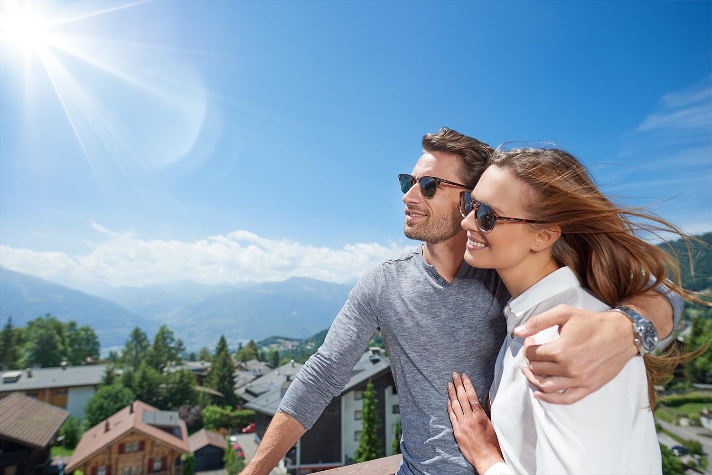 Foto von Modellen auf dem Balkon des Hotelzimmers in Villars