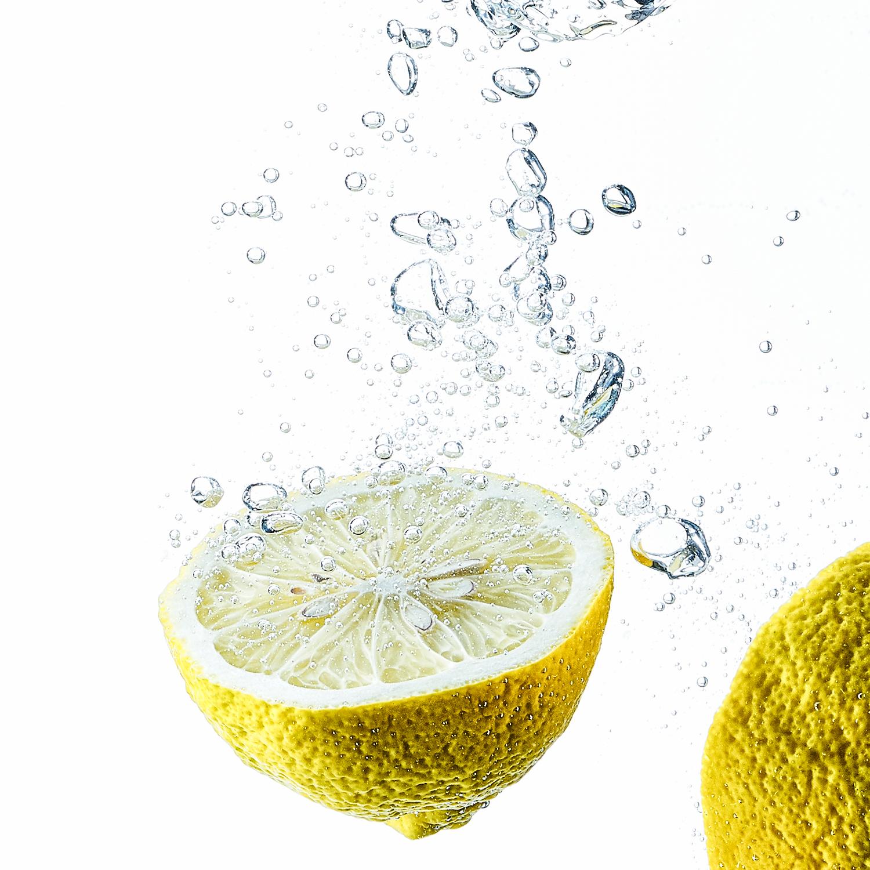un citron plongé dans l'eau