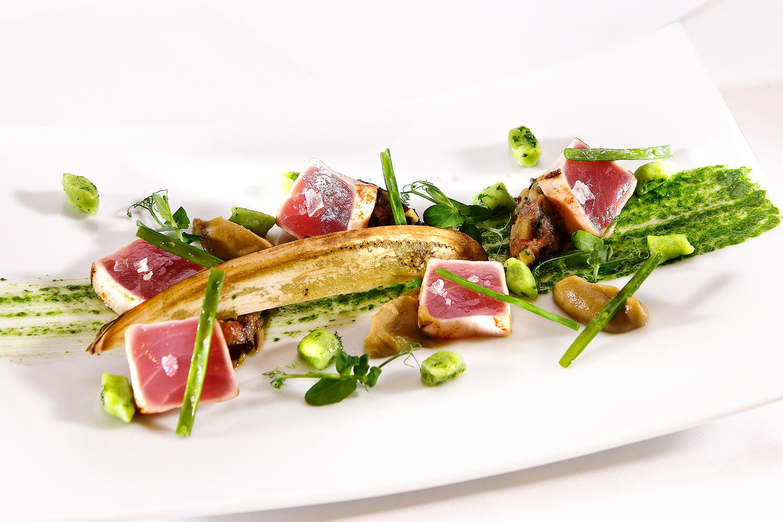 Photo culinaire de plat de chef alsacien thon rouge cristaux de sel