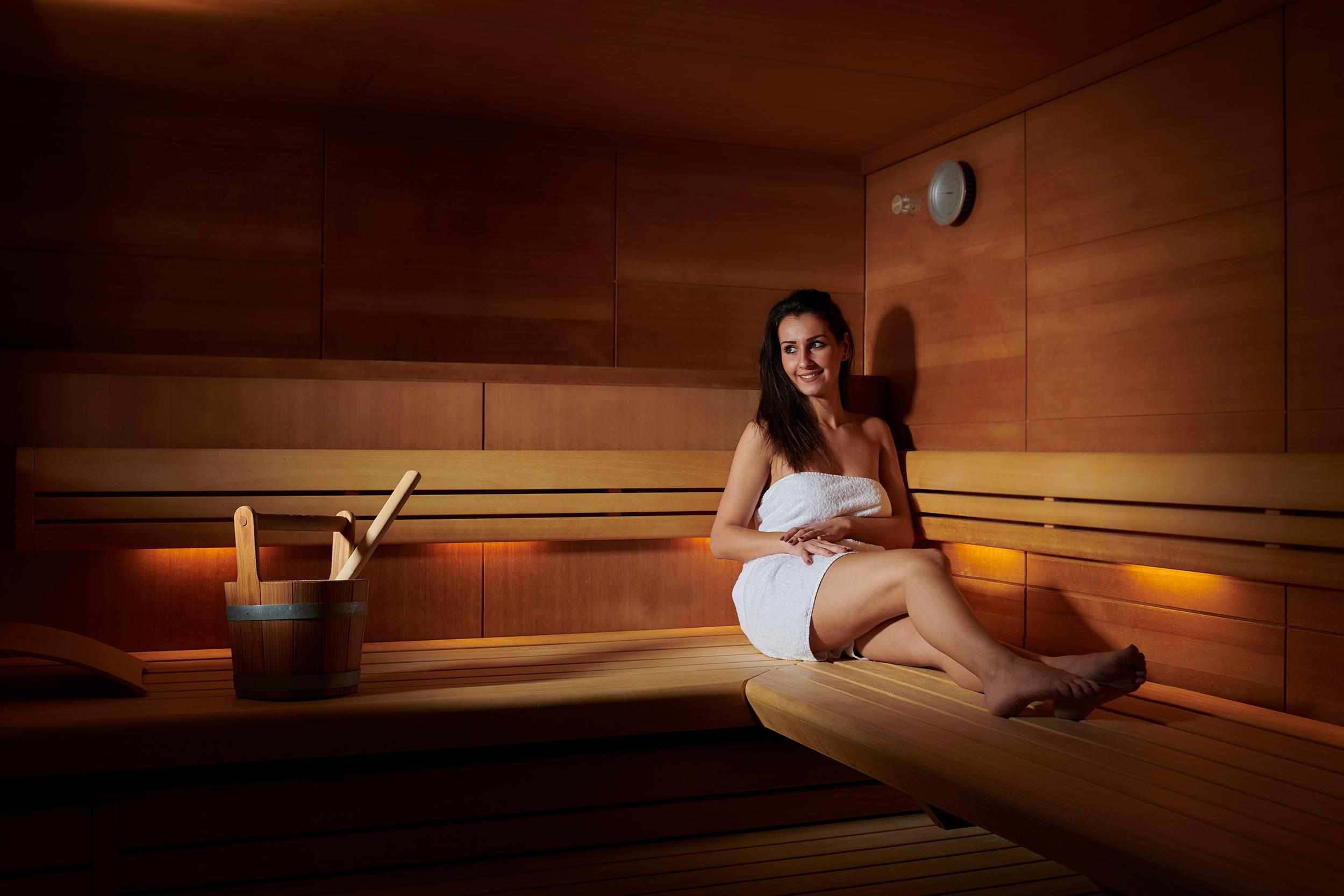 Shooting mit Modellen in der Sauna des Hotels peche de vigne in rodern in alsace Ribeauvillé colmar