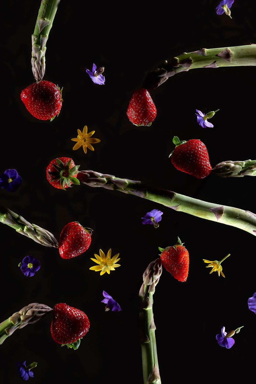 Image publicitaire culinaire asperges et fraises sur fond noir