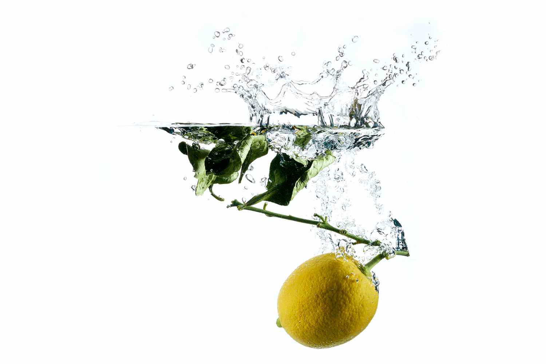 Bild einer in Wasser getauchten Zitrone