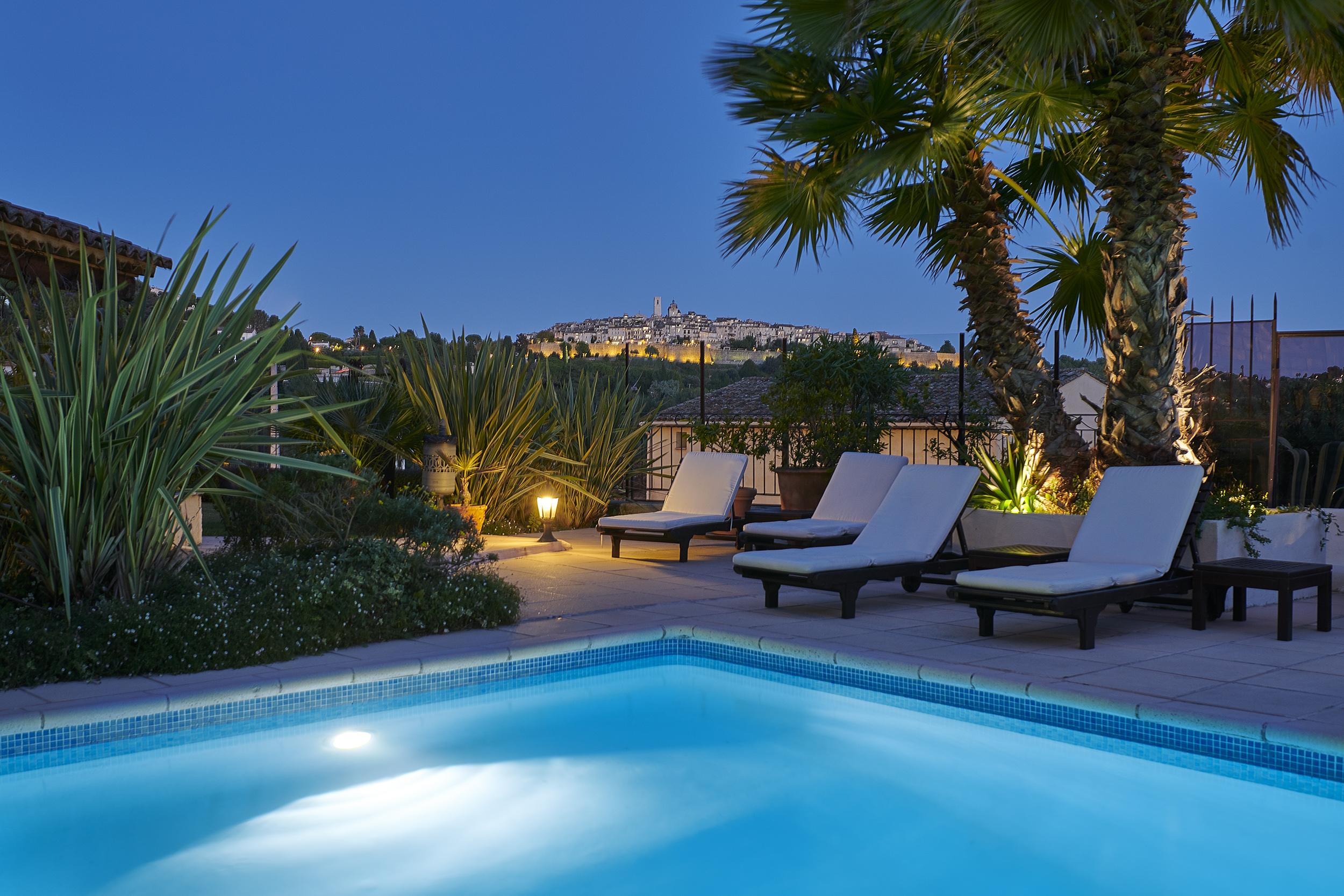 schwimmbad des hotels la grande bastide mit einem herrlichen blick auf saint paul de vence