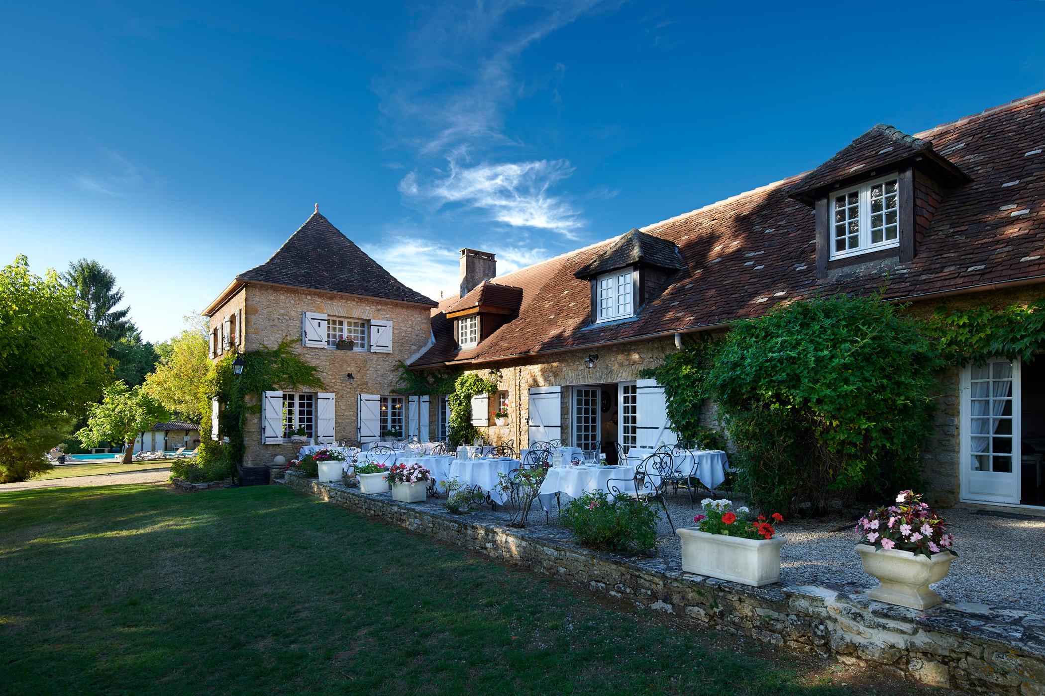 Die Terrasse des Hotels la métairie in Mauzac in der Dordogne