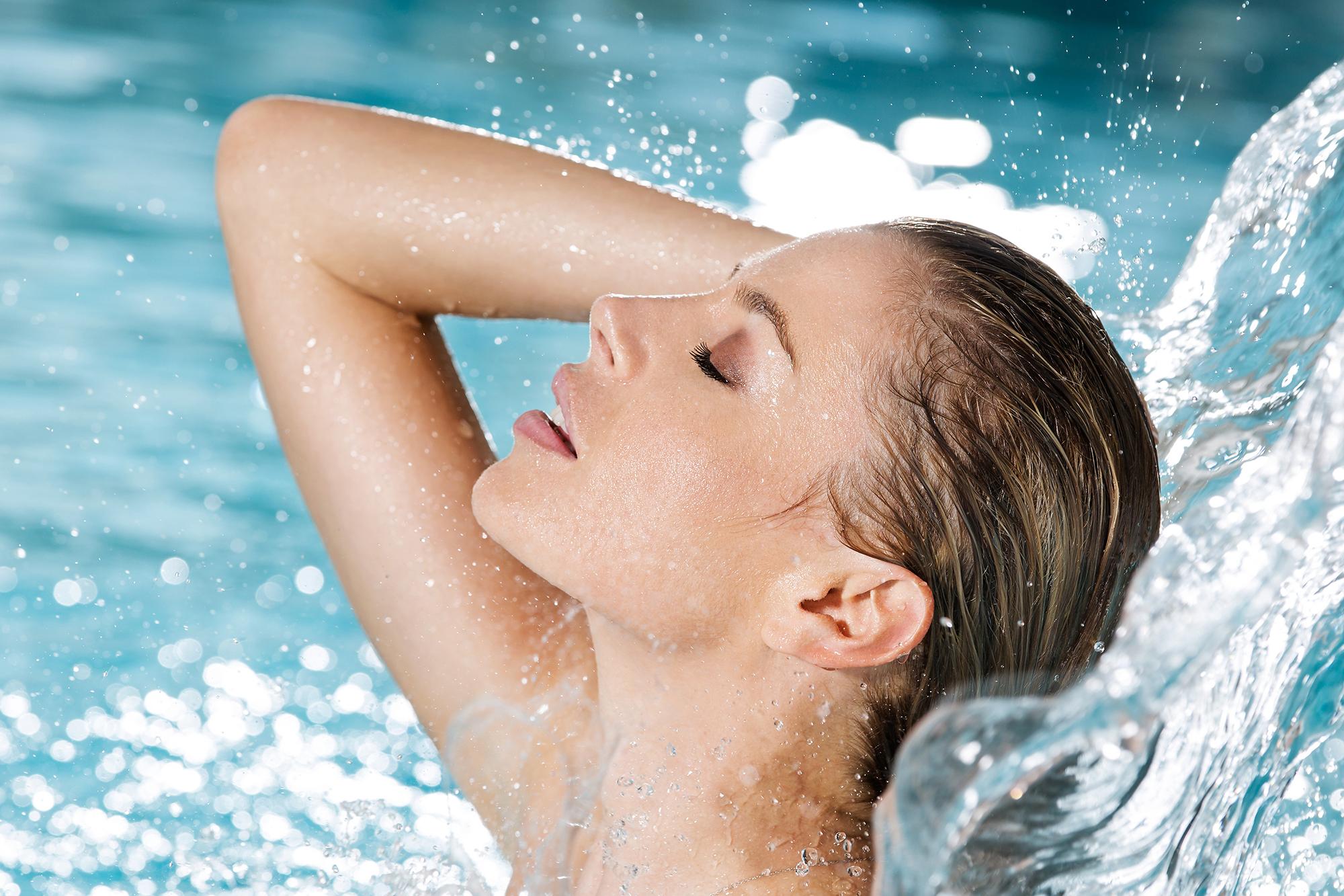 shooting unter dem wasserfall im schwimmbad des hotel alexander in weggis am see der 4 quanten