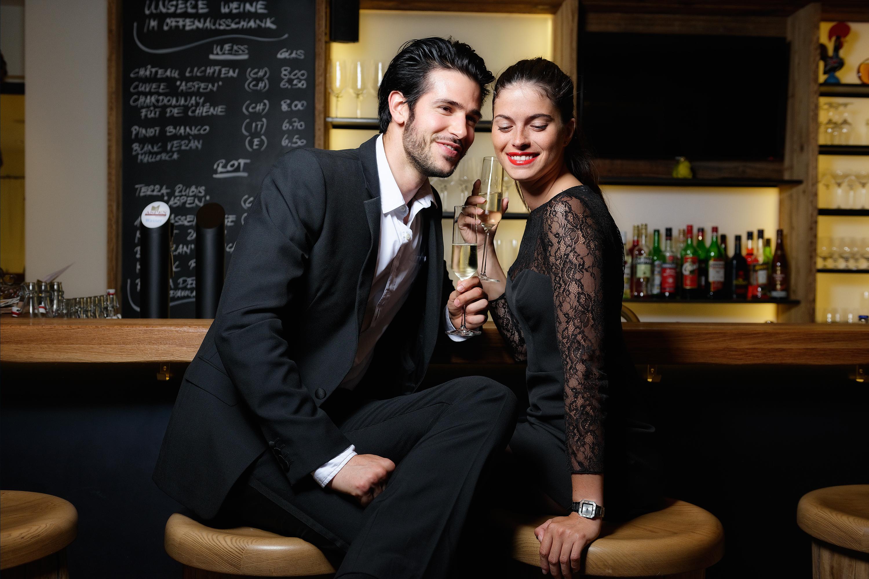 foto von modellen an der bar des hotel aspen grindelwald