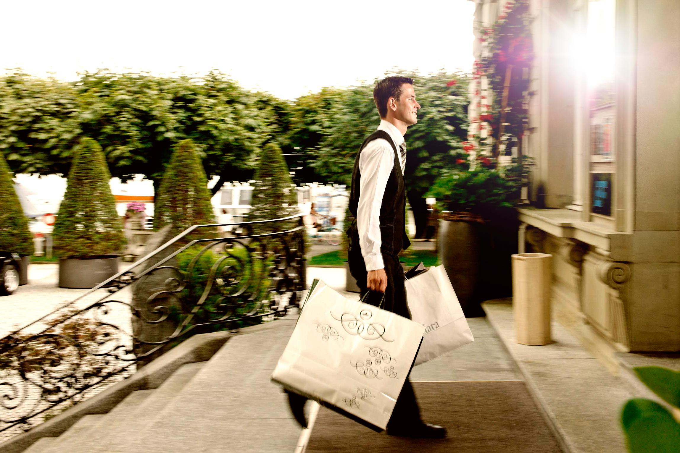 hausmeister des nationalhotels in luzern trägt pakete