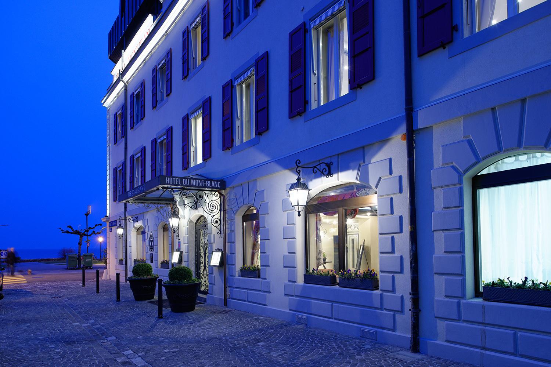 Fassade des Mont Blanc Hotels am See in Morges, Schweiz