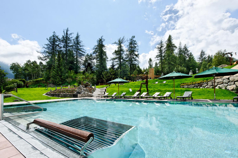 Außenschwimmbad des Hotels Klosterbrau in Seefeld, Österreich