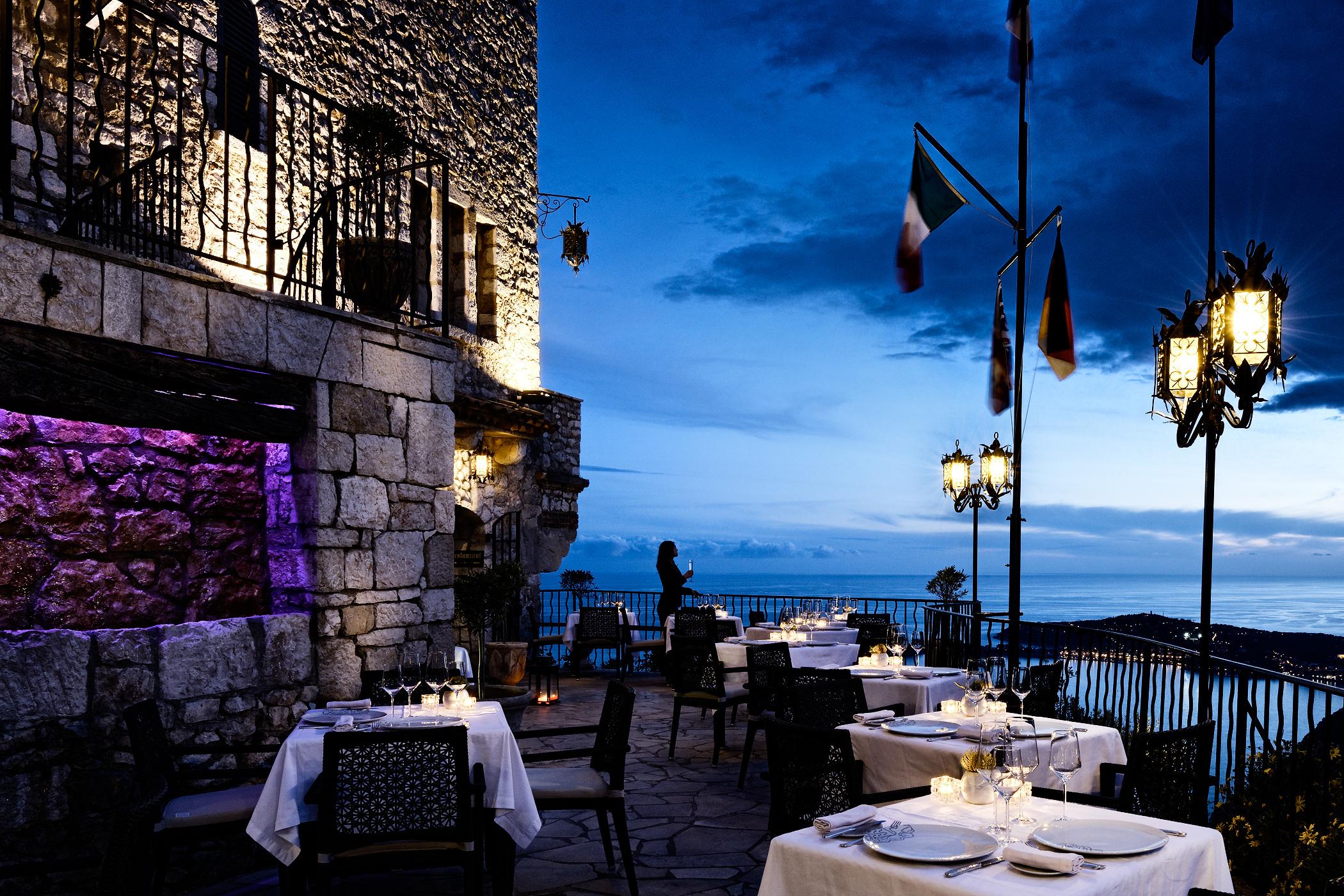 Foto von der Terrasse des Hotels Château Eza in der Abenddämmerung