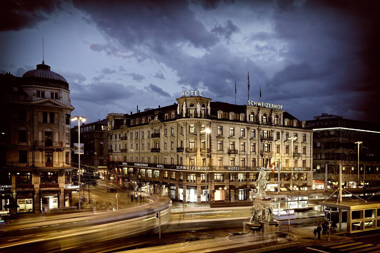 fotografiert die Fassade des Hotels Schweizerhof in Zürich