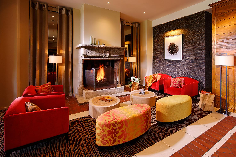 Foto des Wohnzimmers mit Kamin des ermitage Hotels in Evian