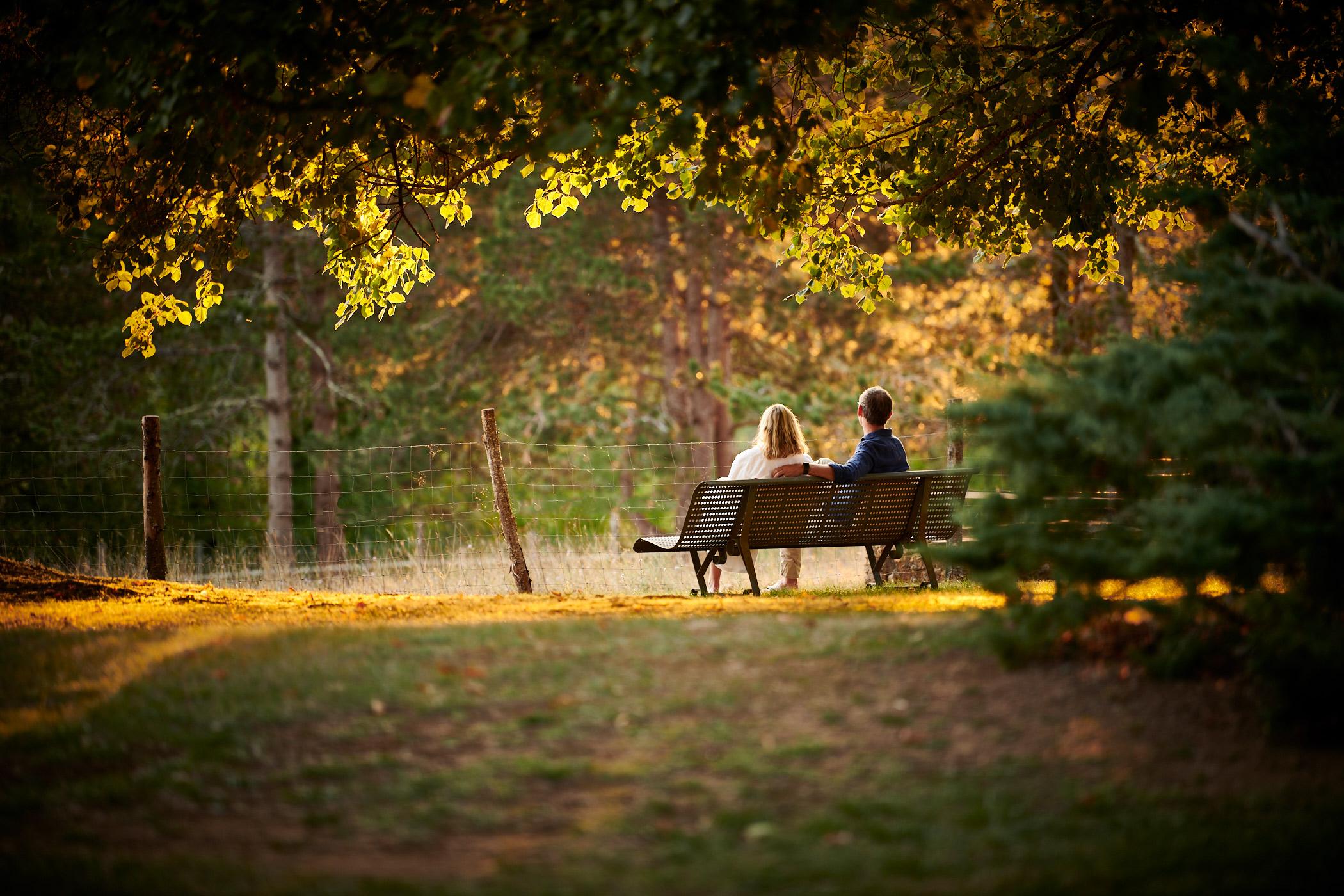kunden sitzen auf einer bank im park des hotels la métairie in der dordogne