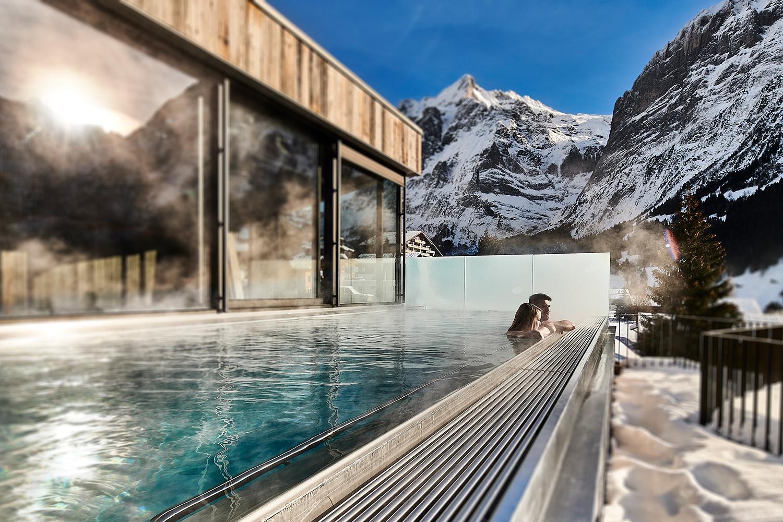 schwimmbad des spinne hotels in grindelwald fotoshooting mit figuren