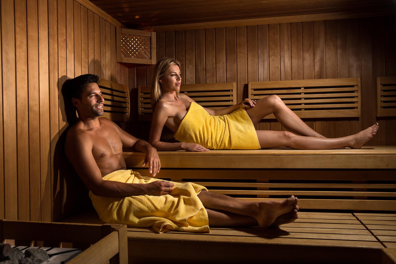 sauna mit modellen lifestyle-shooting im hotel alexander in weggis am see der 4 kantone