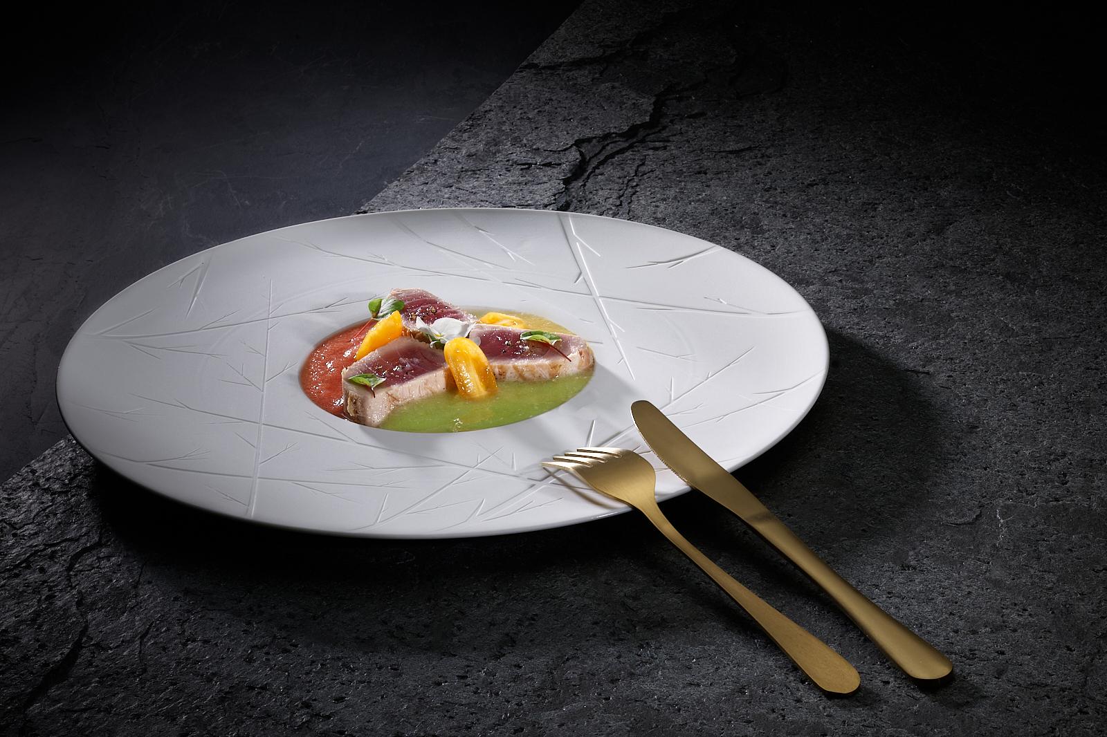 Halbgekochter roter Thunfisch mit Tomaten gefärbt