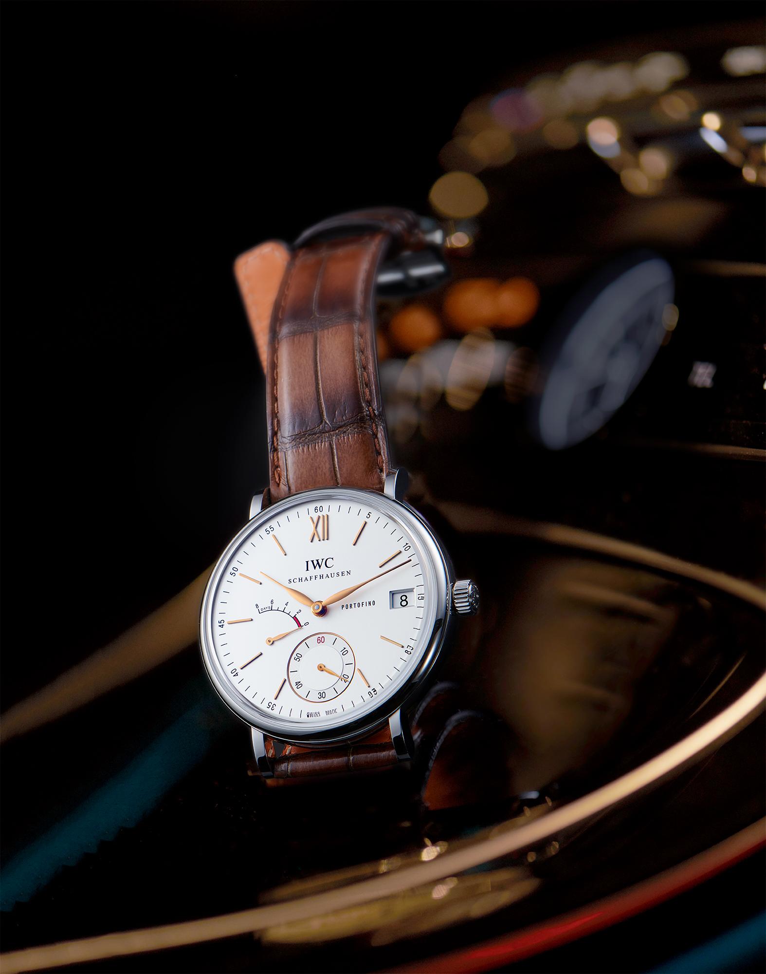 photo still life de la montre portofino de la marque iwc prise à l'intérieur d'une mercedes