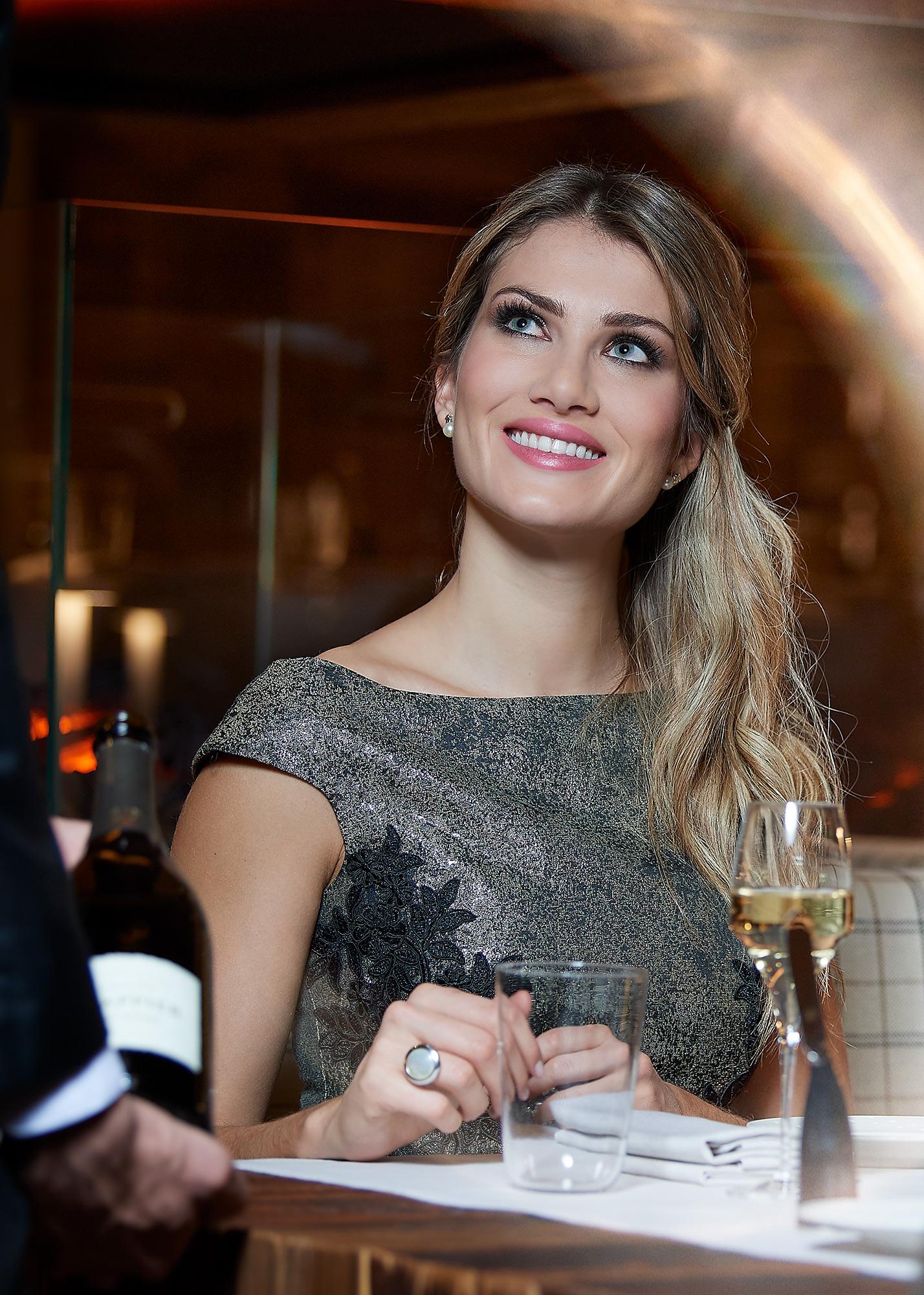photo shooting de bijoux portés par un mannequin, bague or blanc