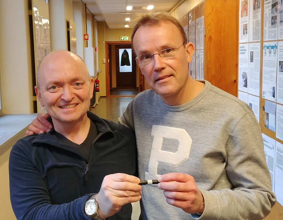 A picture of Roger Trones and Stig Pedersen-Bjergaard holding a prototype
