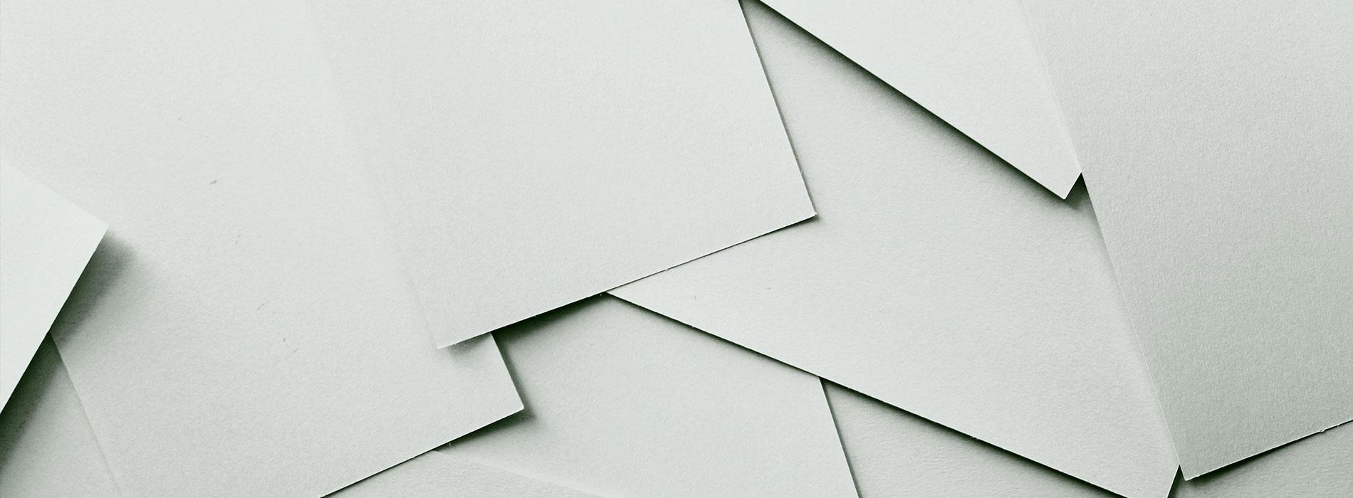 Die Papierproduktion begann bereits vor über 2000 Jahren in China. Heute wird kaum noch von Hand geschöpft, sondern in riesigen Maschinen Massenware produziert. Verfahren zur Papierproduktion sind immer weiter entwickelt worden, sehr effizient und erlauben es, Papierprodukte im großen Maßstab herzustellen. Aber wie genau wird aus einem Baum ein Blatt Papier oder ein Verpackungskarton?
