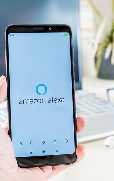 Smartphone mit Amazon Alexa-App