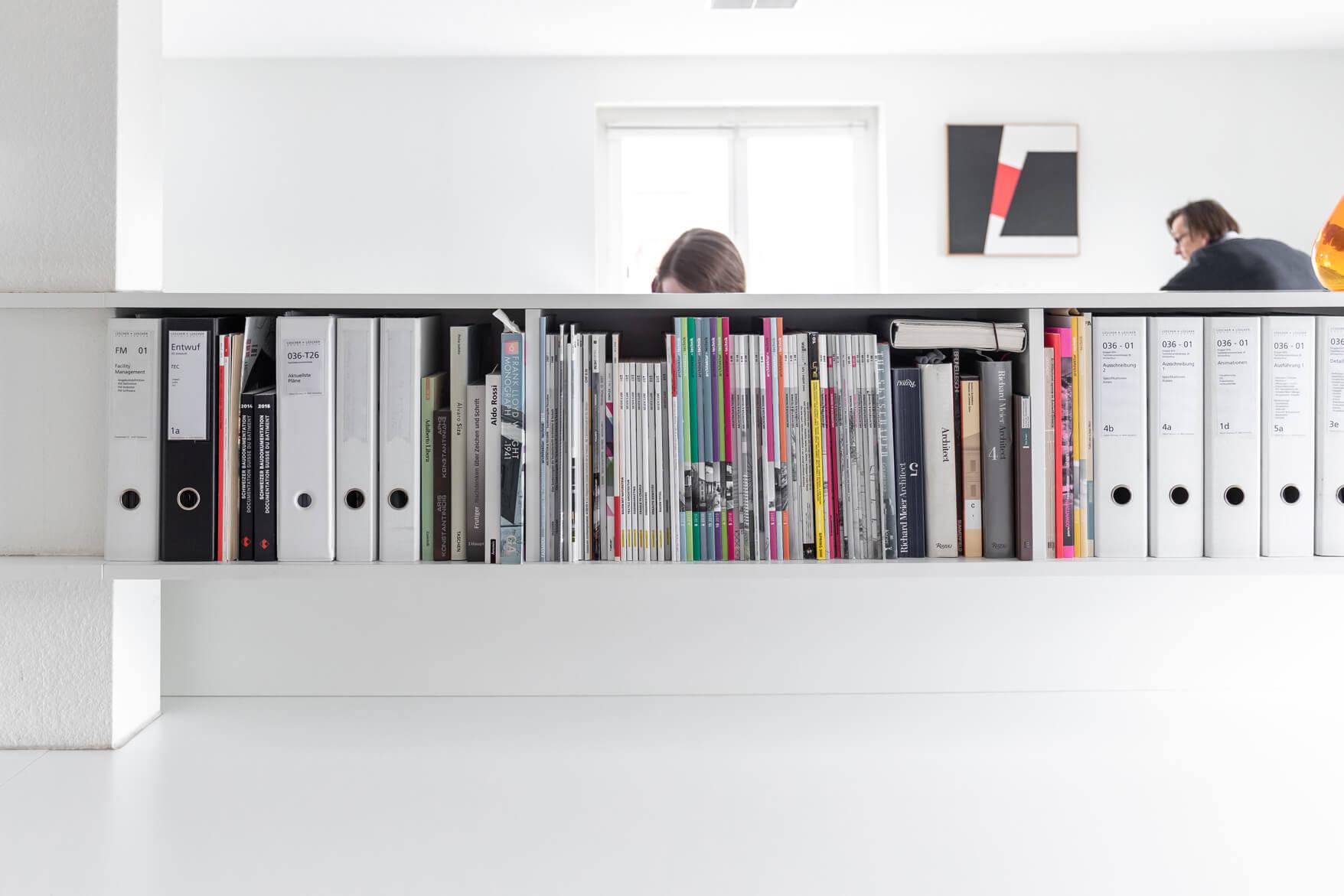 Das Büchergestell im Flur des Büros