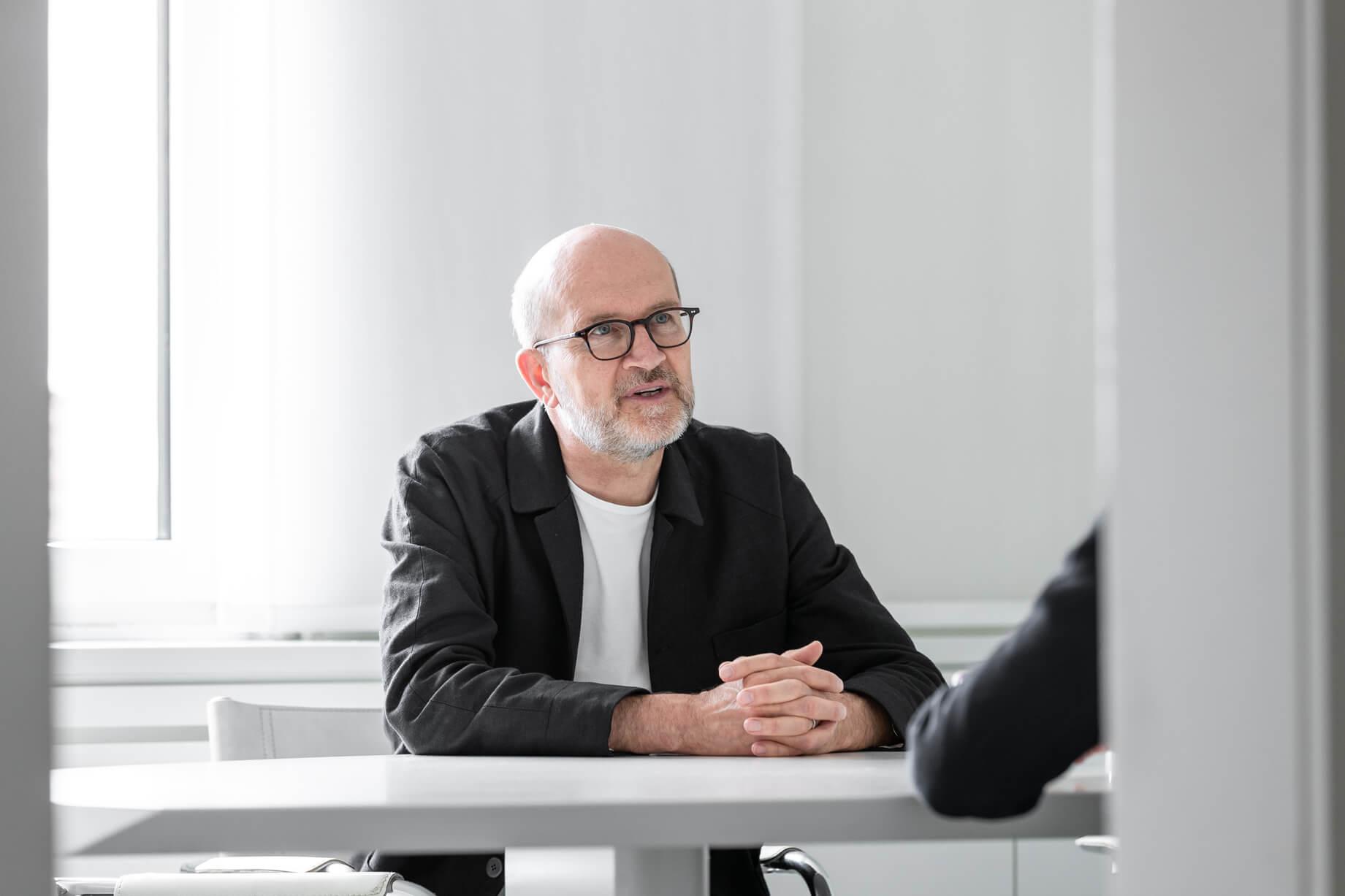 Knut Lüscher in einer Besprechung im Sitzungszimmer von Lüscher-Lüscher Architekten