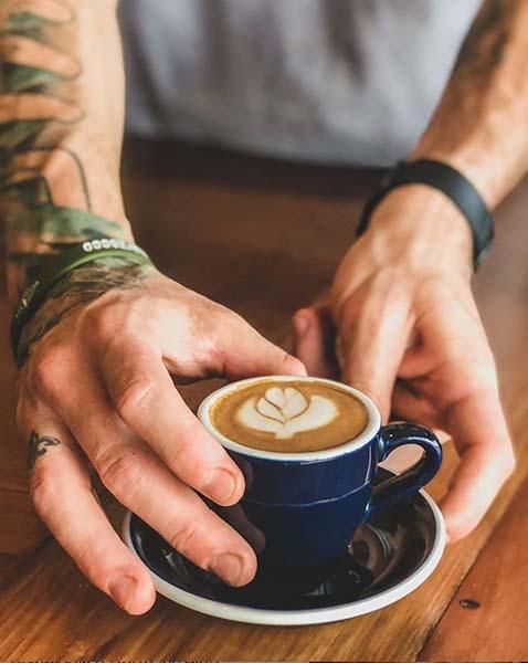 Café de grano servido por un barista