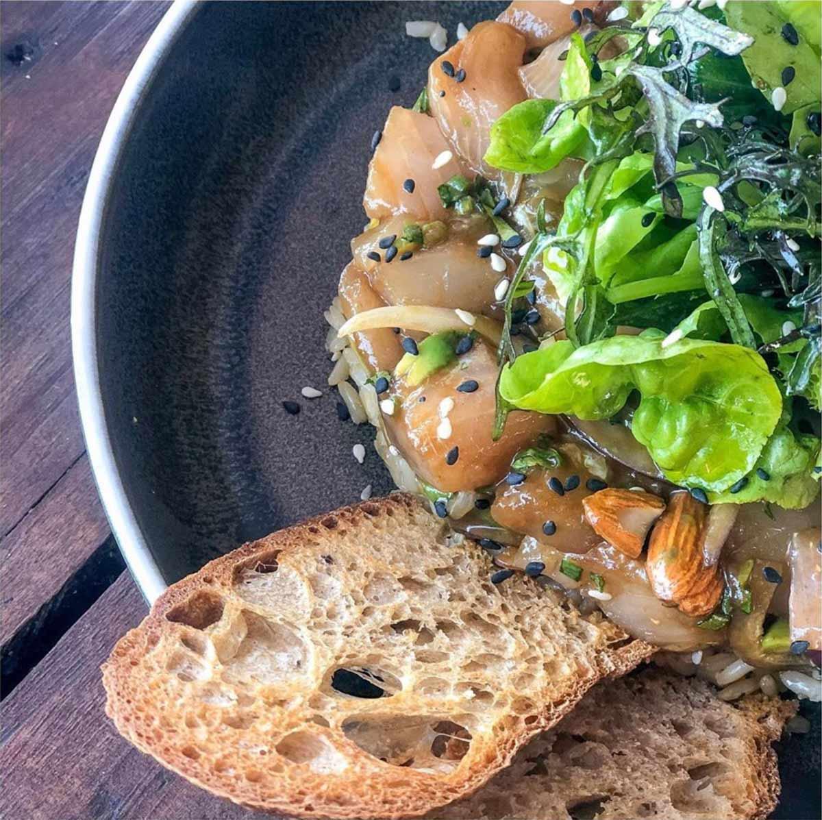 Ceviche al plato con mix verde y pan tostado
