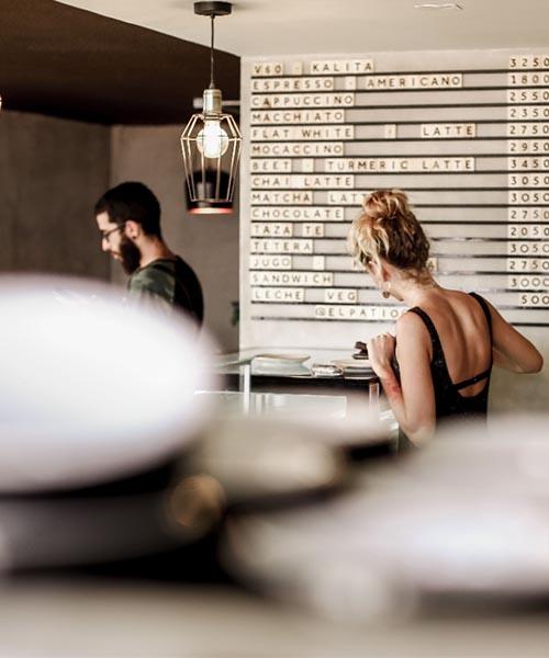 Foto de mesera del patio café