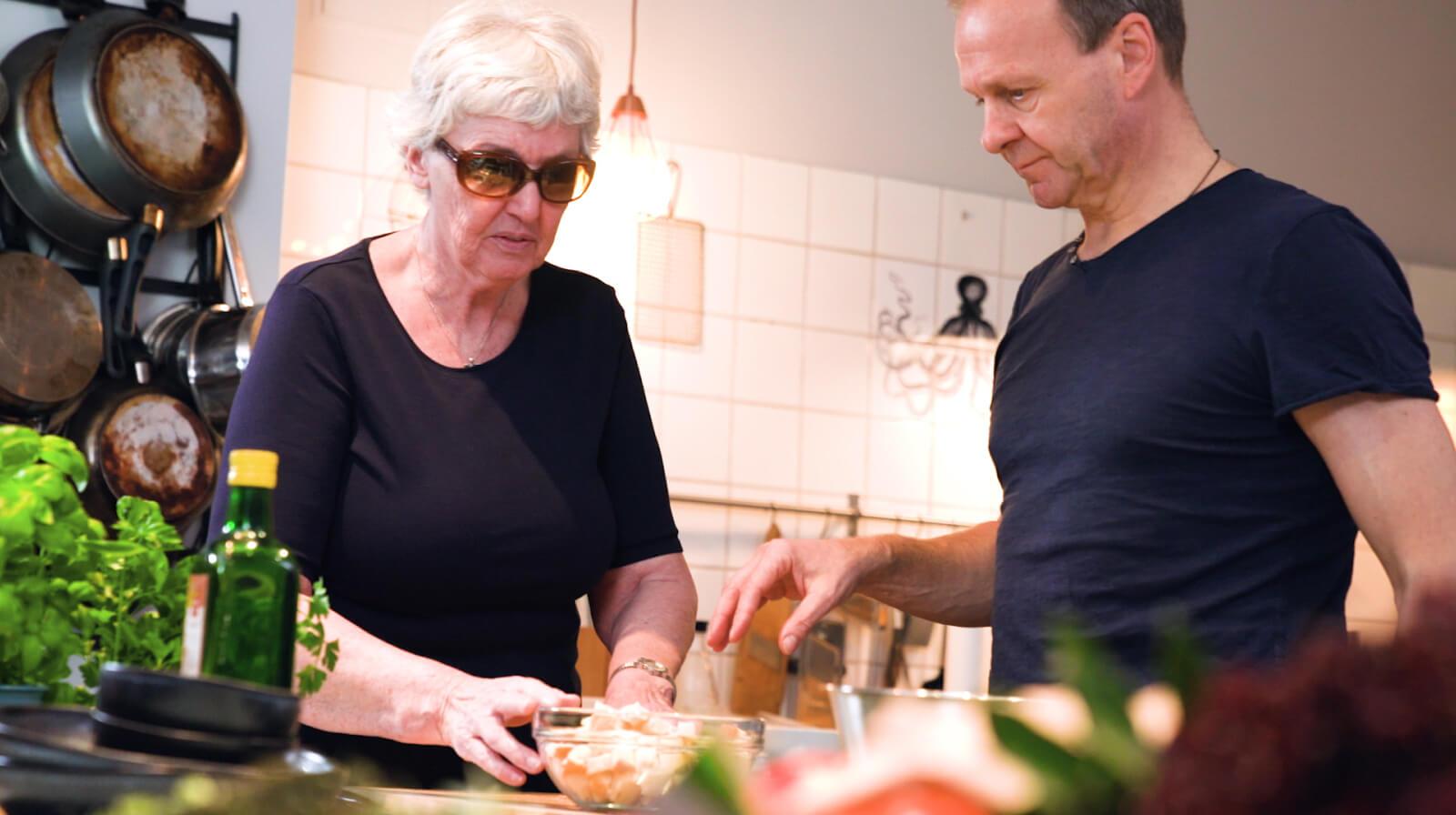 Frau Poppe und Thomas Leiendecker bei der Zubereitung von Frikadellen