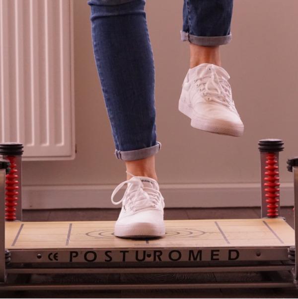 Ein Bild zum Thema Physiotherapie und Krankengymnastik. Patienten trainieren in der Praxis.
