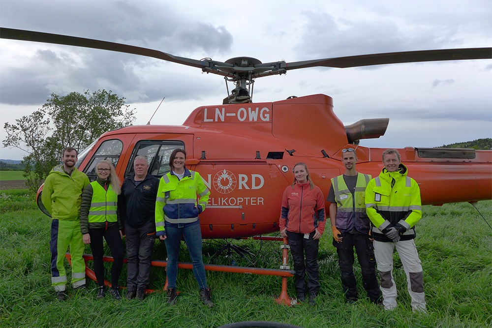 Nye Veier team photo in front of helicopter