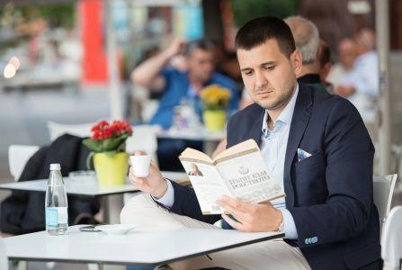 Снимка на Йордан Иванов четящ книга