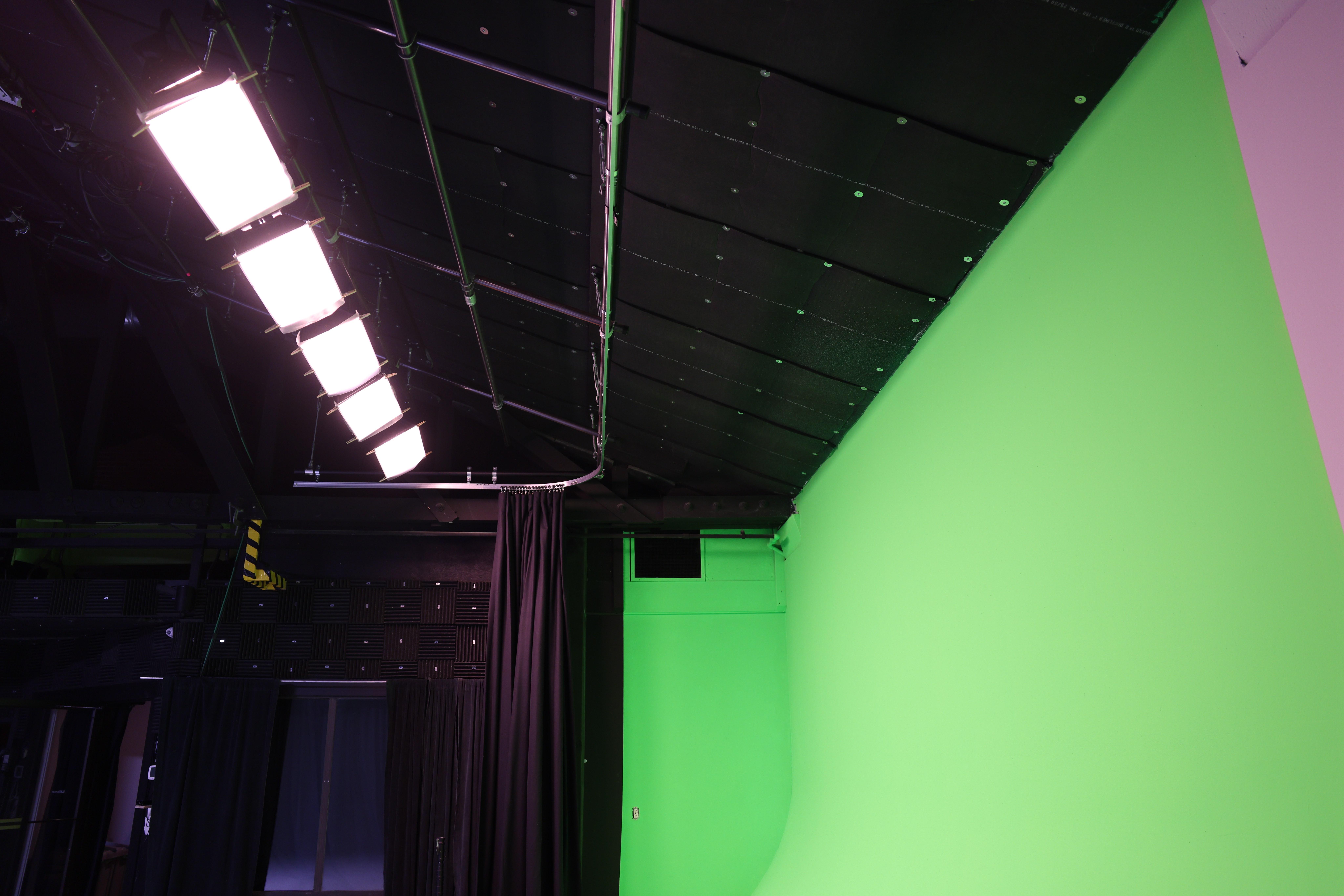 Pre-Lit Green Screen Cyc Wall