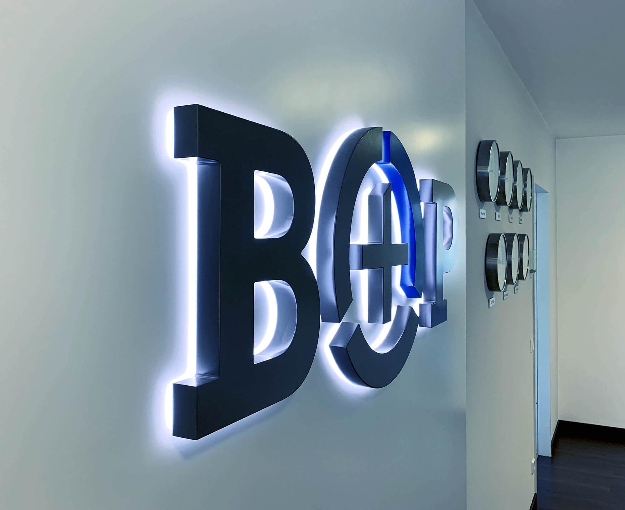 Logo im Büro von B#P Communications