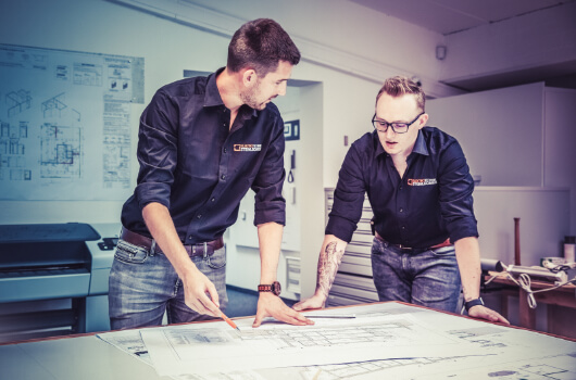 Mitarbeiter von Elektrotechnik Steinlechner besprechen die neuste Gebäudetechnik in Triol