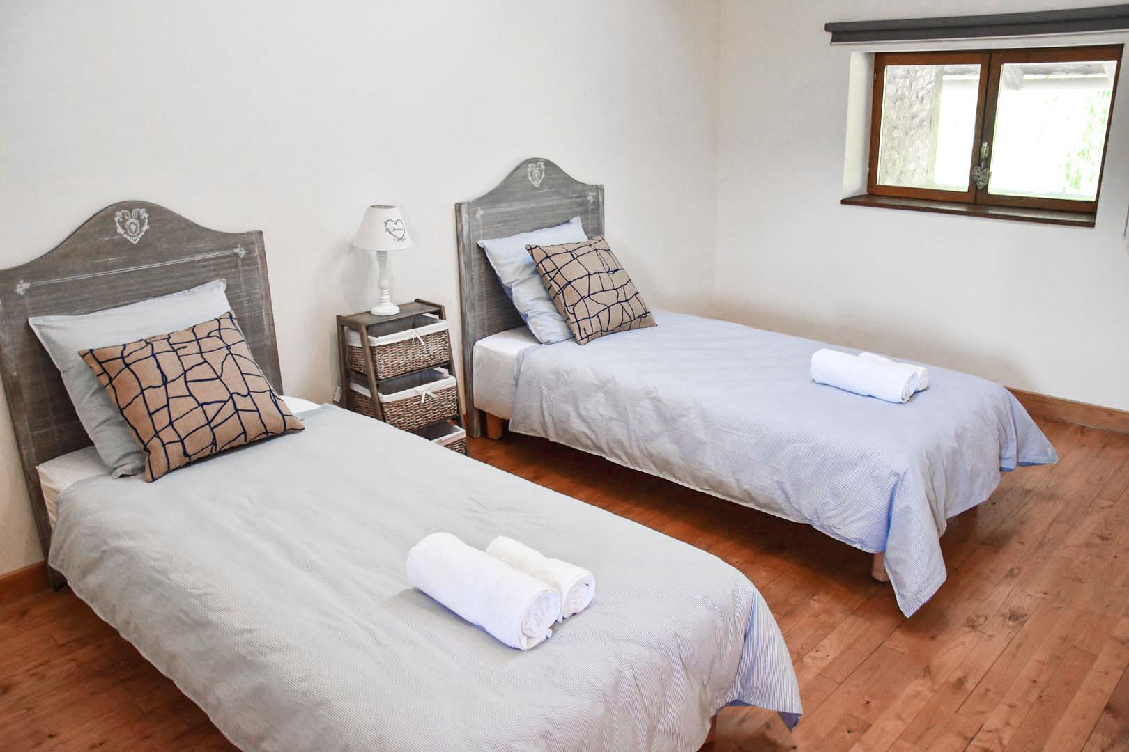 Chambre secondaire avec 2 lits
