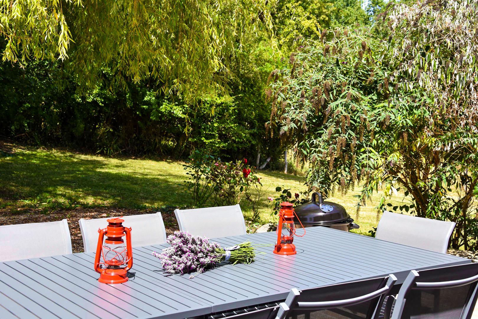 Terrasse et barbecue du gîte
