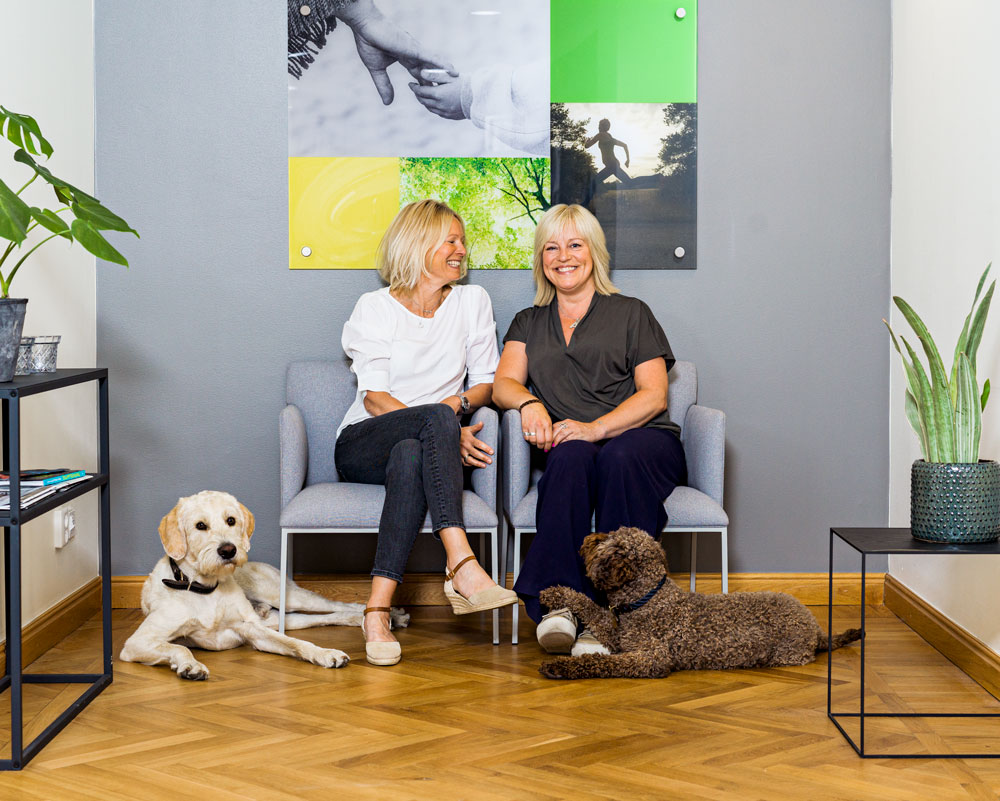 Group photo of Anna Kron and Anna Fredrikson with their dogs.
