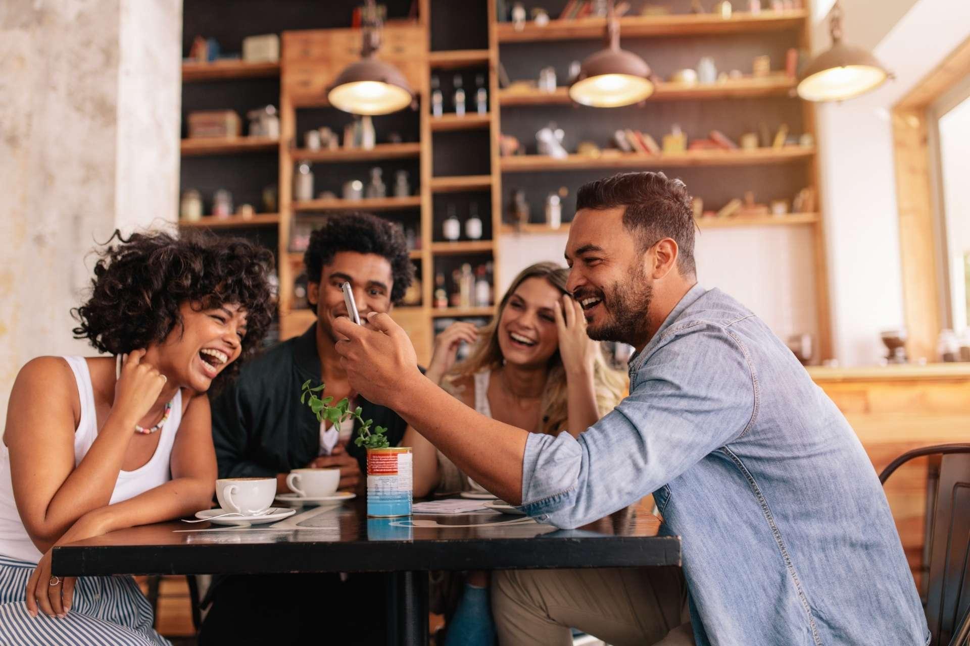 Imagem pessoas felizes em um restaurante.