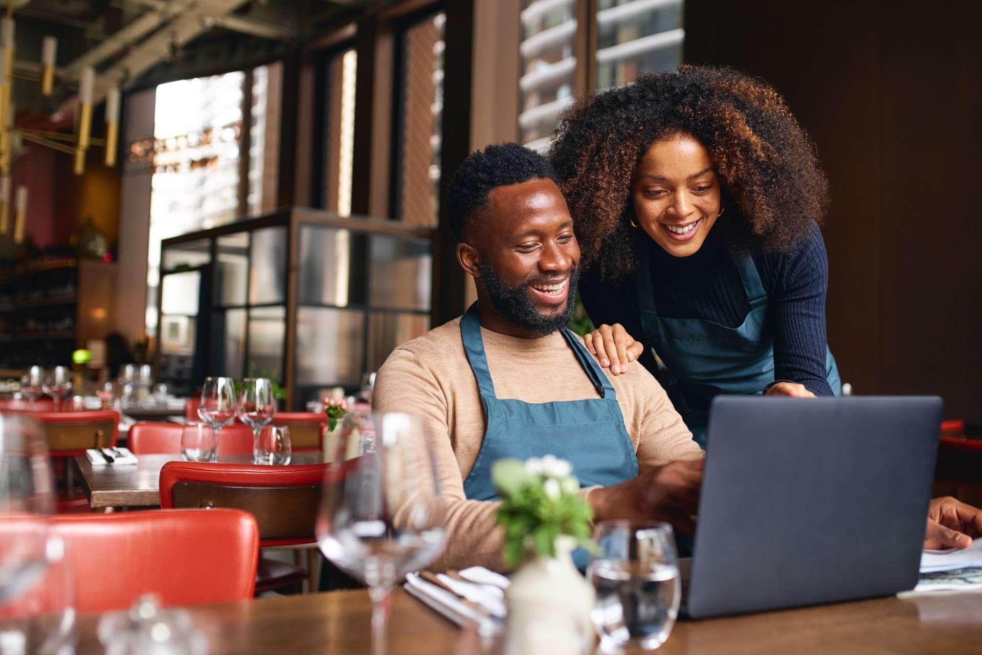 Imagem de pessoas trabalhando em um restaurante.