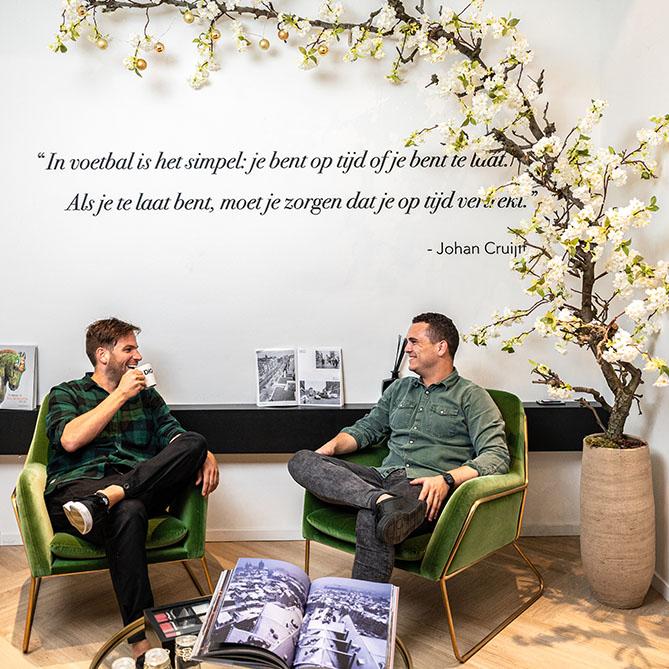 DIQQ wachtkamer met 2 leden van het team onder een voetbal quote