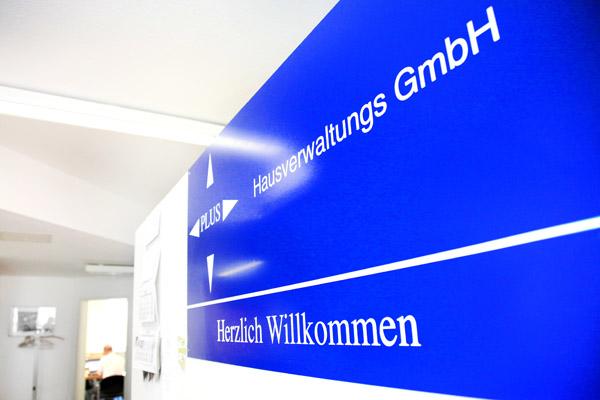 Eingangsbereich der Plus Hausverwaltung mit Fokus auf Begrüßung