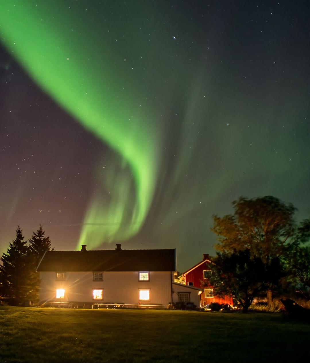 Klostergården i nordlys.