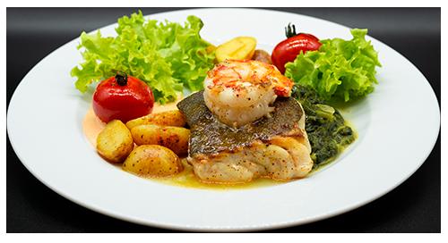 Fischfilet mit Garnelen Salat und Kartoffeln