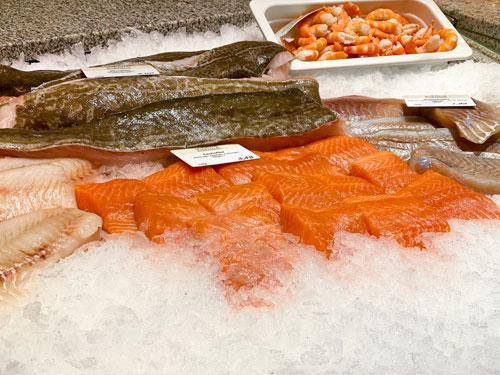 große Auswahl an frischem Fisch in der Fischtheke