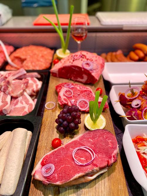 große Auswahl an Fleisch und Wurst in der Metzgerabteilung. Grillfleisch