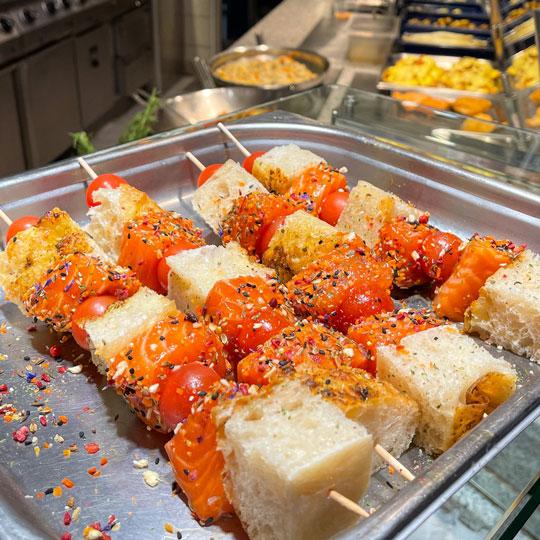 leckere Lachs Grillspieße mit Lachs, Focaccia-Brot und Cherry Tomaten